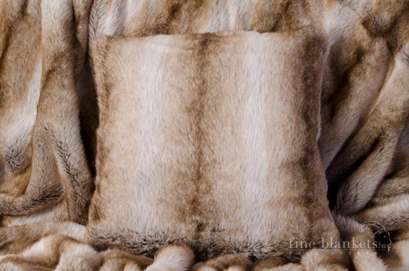 Webpelzkissen Yukon Wolf in 45x45cm
